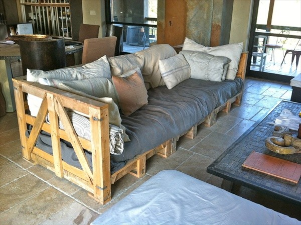 Turn wooden pallets into a wonderful couch as an upcycling idea